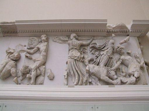 800px-pergamonmuseum_-_antikensammlung_-_pergamonaltar_27